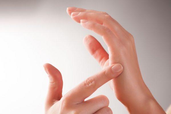 Mit dem Finger gegen Handkante klopfen